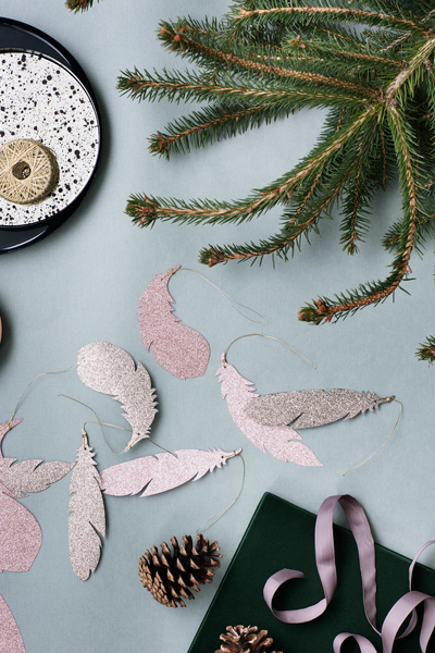 Christmas-Tableware-layout-with-paper-feathers